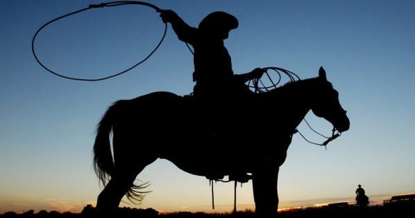 Ein Cowboy waermt sich auf mit Lassowerfen vor einem Rodeo in Medicine Lodge, USA, am 24. September 2004. In Texas beginnt die Rodeo-Saison 2005: Den Auftakt bildet bis zum 6. Februar 2005 die Fort Worth Stock Show, deren Geschichte bis ins Jahr 1896 reicht. (KEYSTONE/AP Photo/The Hutchinson News, Travis Morisse)